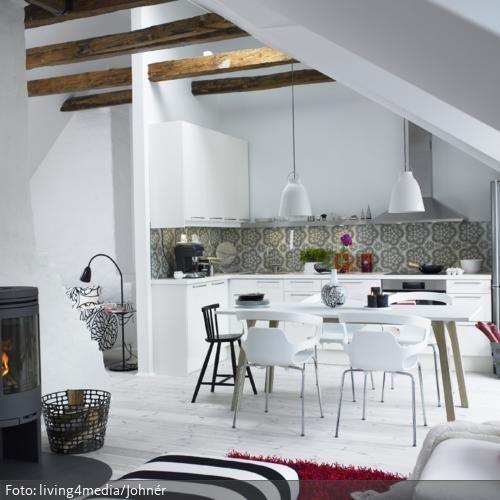 Dachschräge und Holzbalken in weißer Küche roomido - küche in dachschräge
