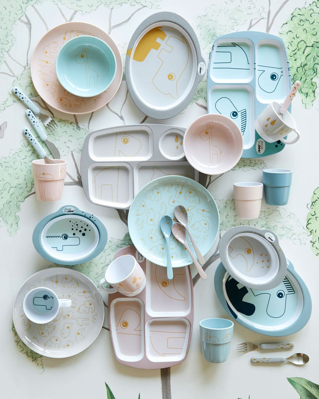 Pastel powder, blue and grey plates, bowsl, cups, cutlery and spoons. Make eating fun with cute kids tableware with golden details. Roztomilé Děti