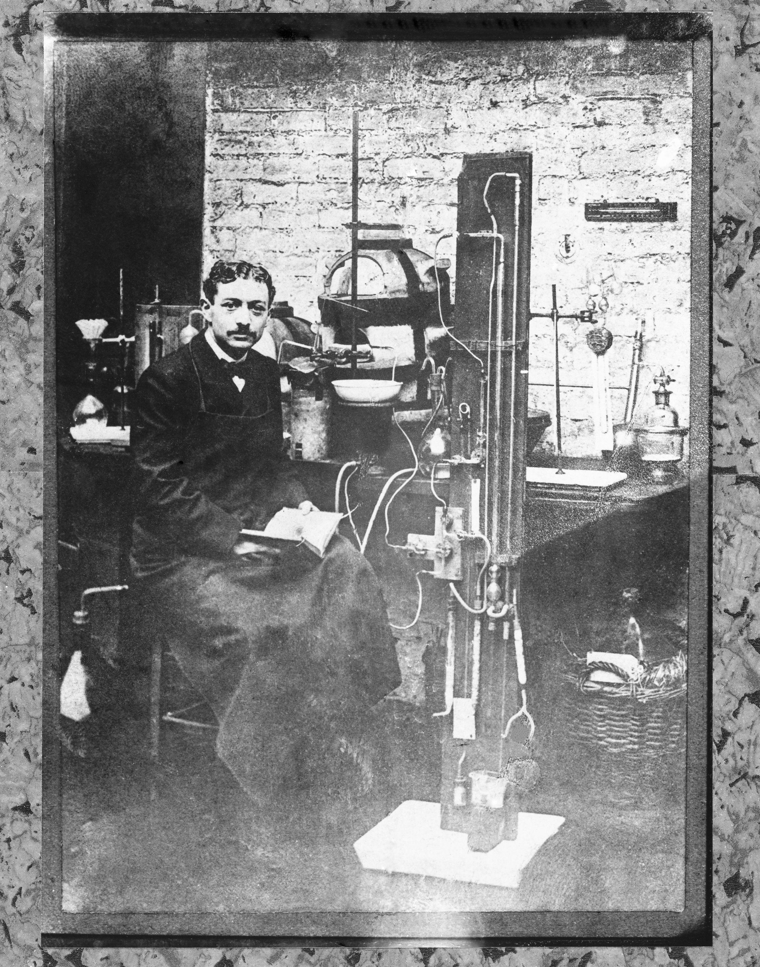 dipl m de l 39 ecole nationale sup rieure de chimie de paris en 1904 eug ne schueller fonde la. Black Bedroom Furniture Sets. Home Design Ideas