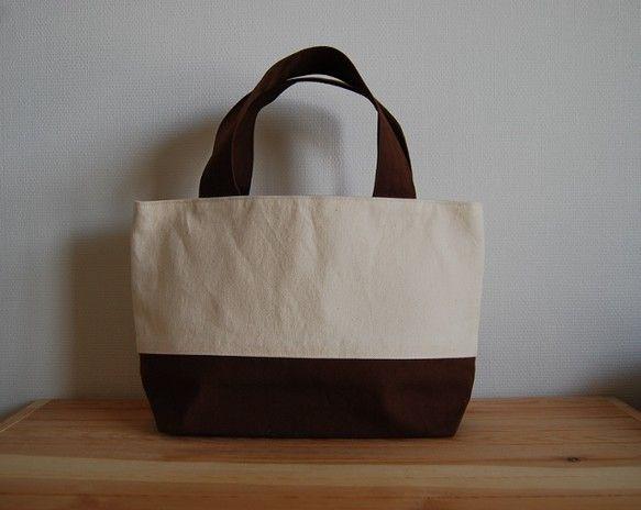65054a7a3546f 11号帆布を使用したトートバッグです。帆布には接着芯を貼ってあるのでしっかりした作りになっています☆素材:(表)11号帆布 チョコレート色×生成り.