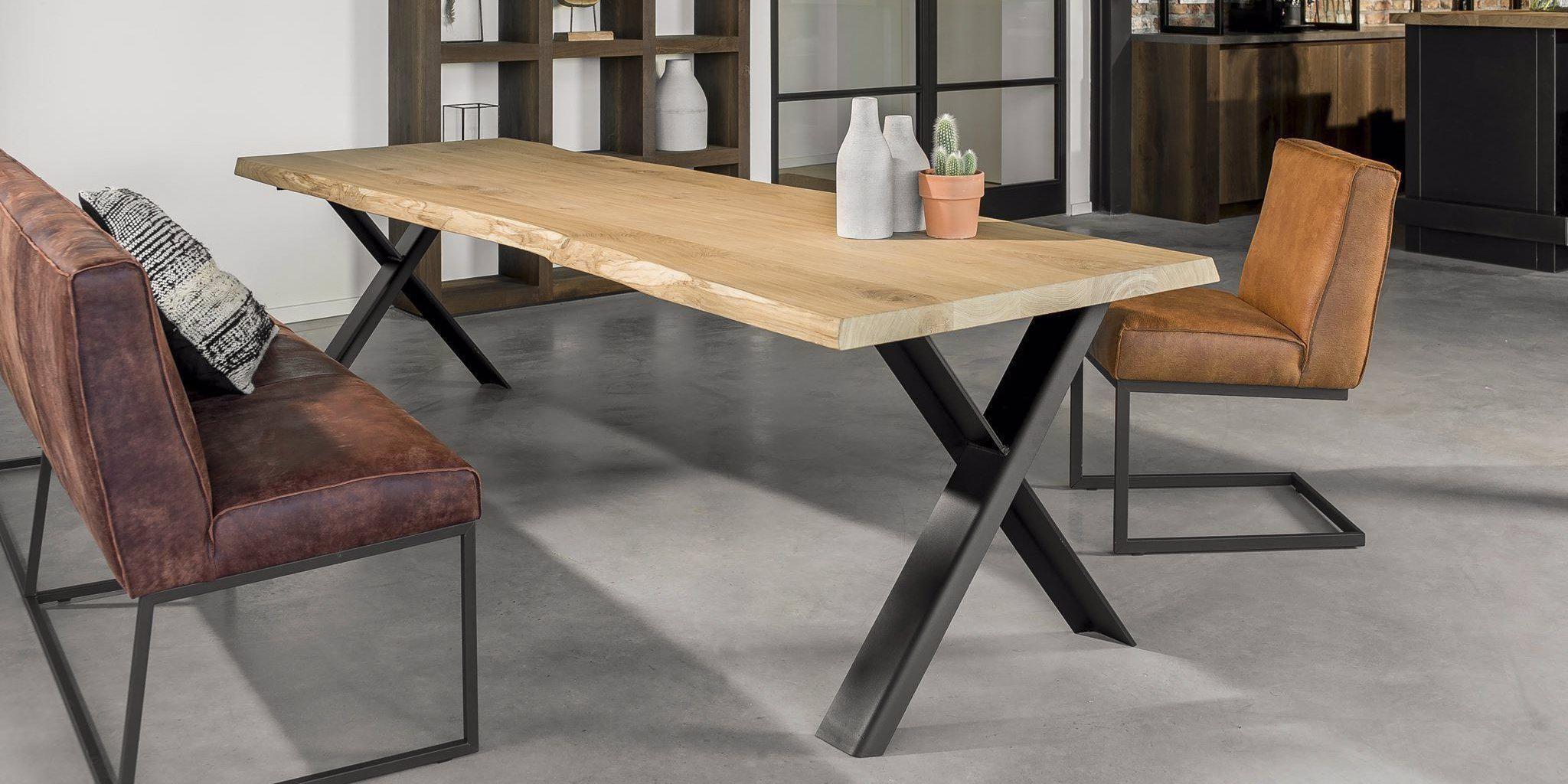 Table en chêne Live Edge réalisée par nos artisans Evert et Teun.