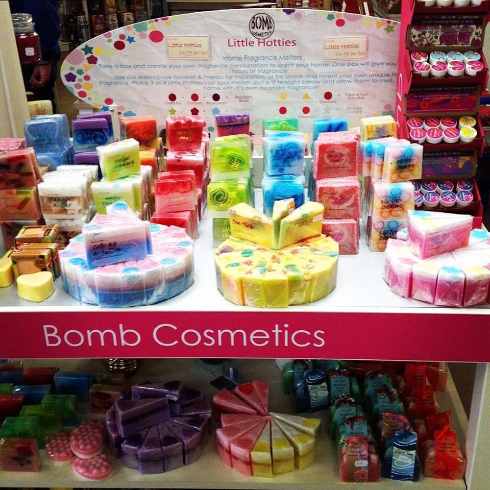 تعرفوا على اشهر صابون في العالم تصنع باليد Bomb Cosmetics باشكال والوانها كلش حلوة وسعرها حيل مناسب واكو هواية Bomb Cosmetics Food Little Hotties