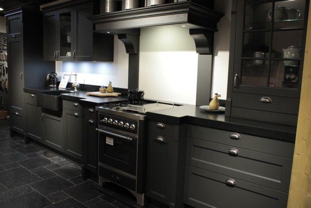 Keuken Landelijk Grijze : Landelijk antraciet grijze keuken. boretti fornuis nostalgische