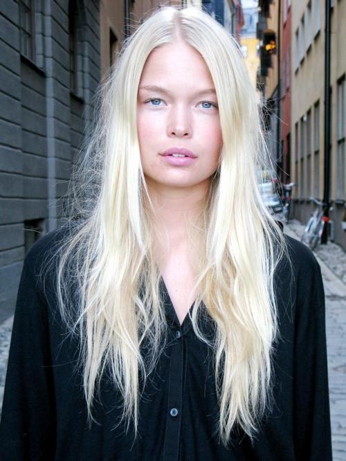 Messy Long Platinum Blonde Fair Skin And Natural Makeup Bleached Hair Blonde Hair At Home Platinum Blonde Hair