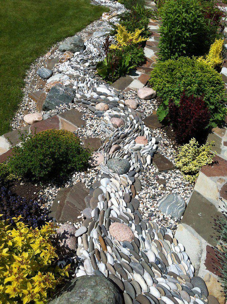 jardin de rocaille avec une allée en galets décoratifs, buis ...