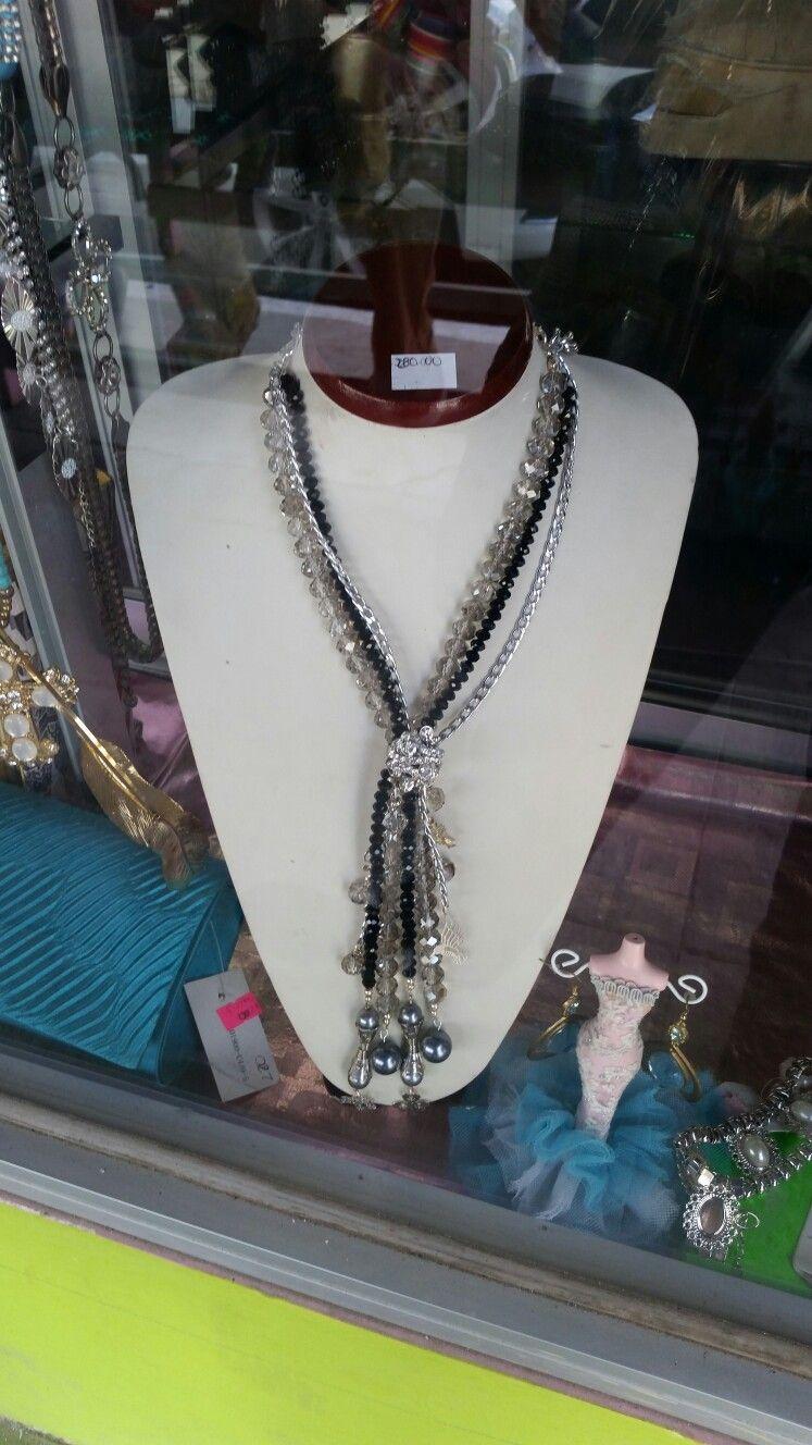 Collar con cadena, perlas y cristal.