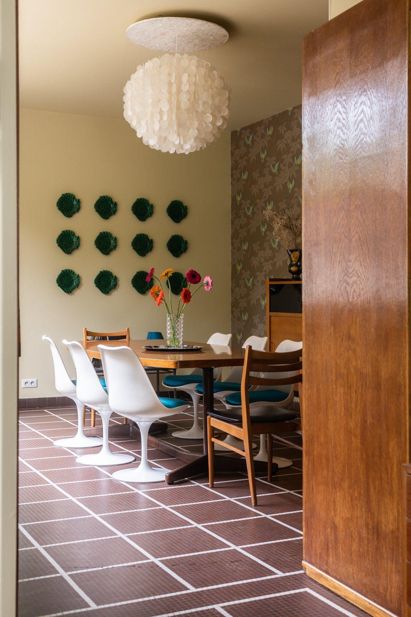 The Socialite Family | Salle à Manger Années 50, Chaises Tulipes Knoll Et  Lustre En