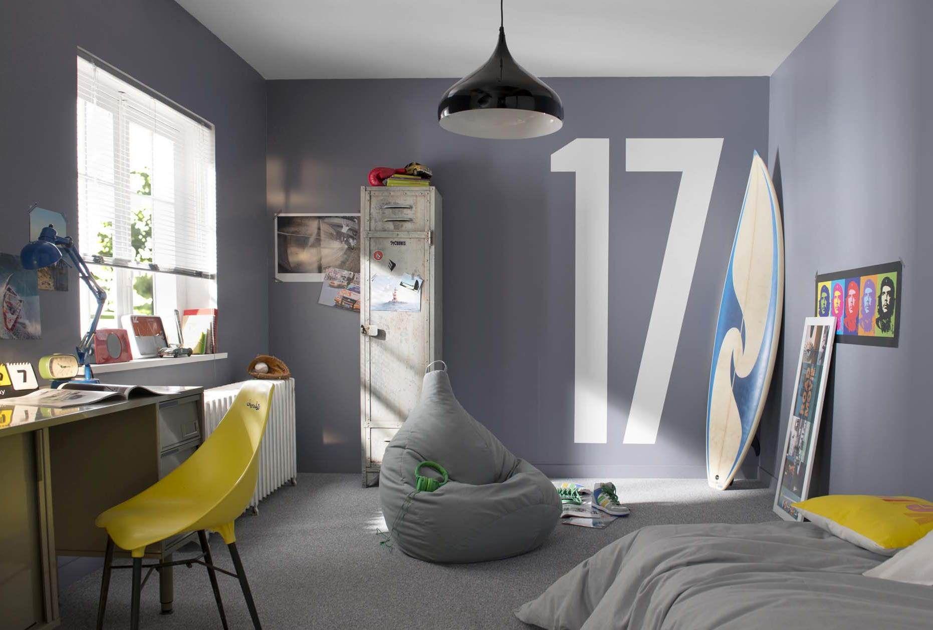 Toute habillée de peinture grise coloris manganèse, cette chambre