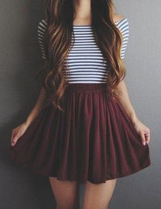 Mi hermana prefiere llevar las faldas borgoña. Ella piensa esta falda es muy bonita. Esta falda es baja.