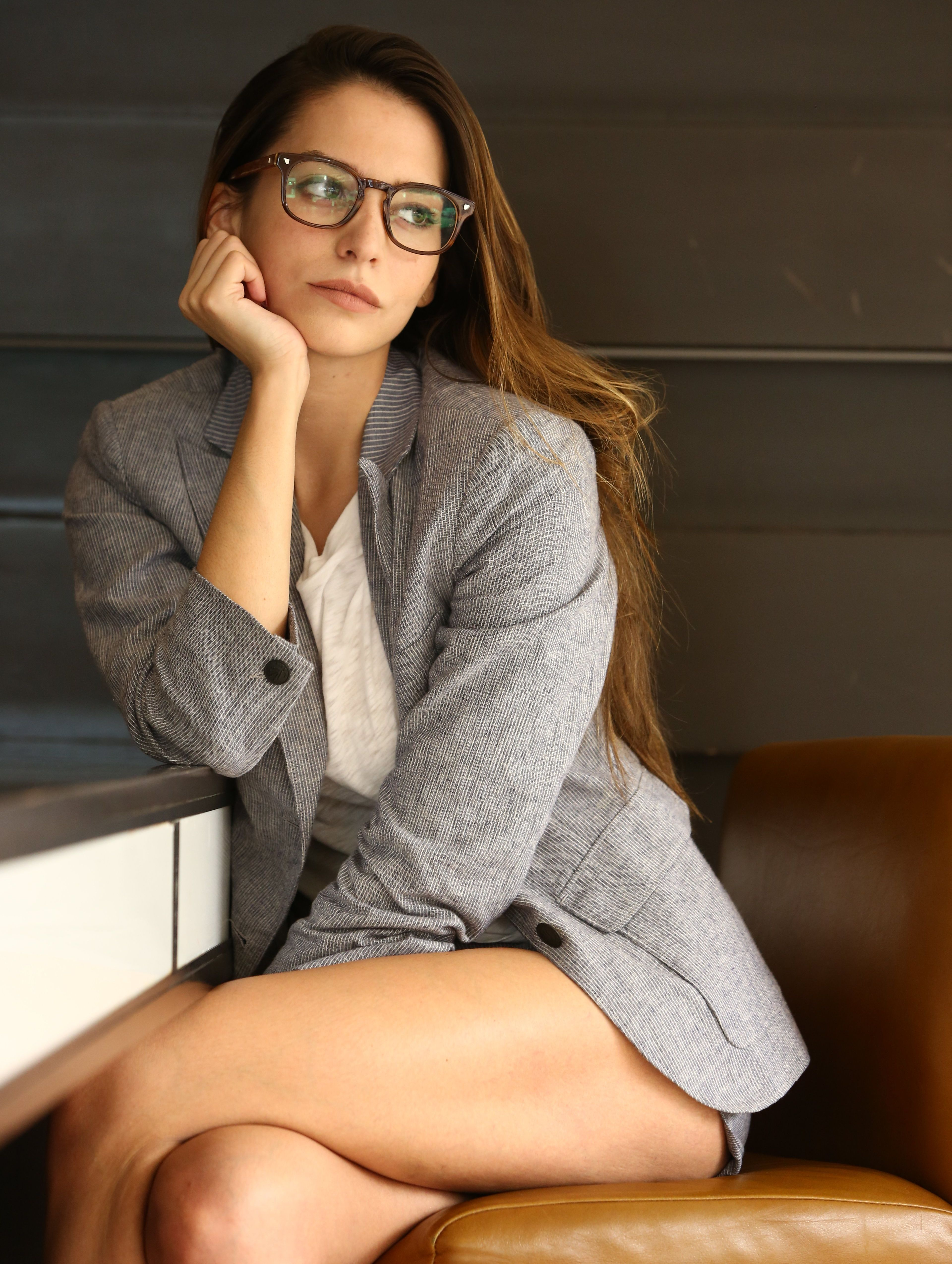 grey-young-nude-women-with-glasses-vouyer