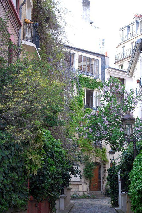"""Paris 13è Butte aux cailles : """"Le square des Peupliers. Dans cette rue, les maisons sont toutes aménagées autour d'un  triangle. Toutes les maisons sont ornés d'un jardin et chaque maison est différente de sa voisine. La zone a été totalement refaite et recouvre des étangs ainsi que la rivière Bièvre."""""""