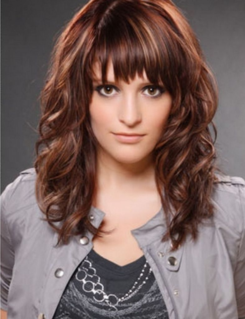 Lockige Haare Mit Ebenen Und Pony Curly Hair Styles Hairstyles With Bangs Medium Curly Hair Styles