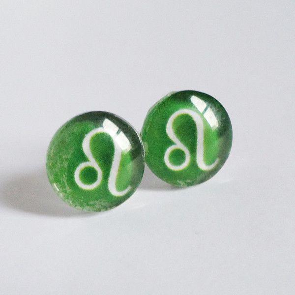Zodiac stud earrings - Leo - dark green (36 BRL) ❤ liked on Polyvore featuring jewelry, earrings, stud earrings, dark green jewelry and earrings jewelry