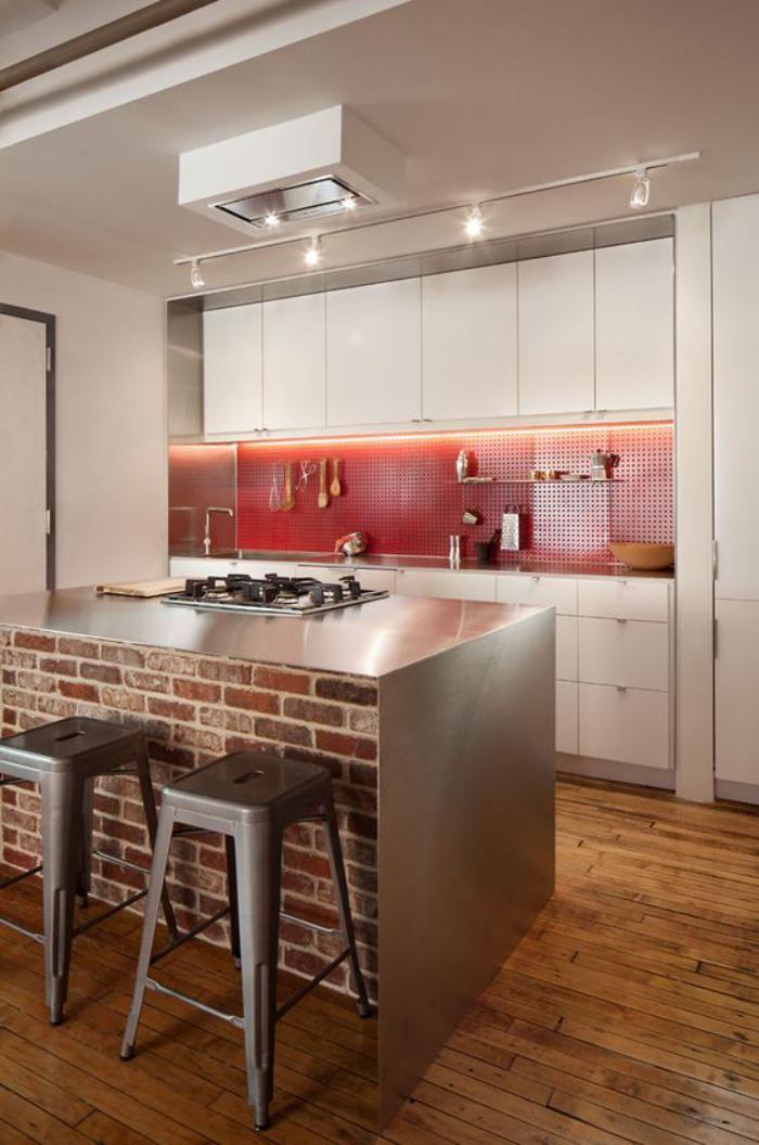 brique rouge ilot de cuisine avec top mtallique et murs en brique