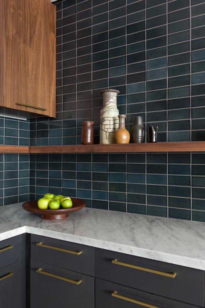 Cores escuras nos azulejos da cozinha.