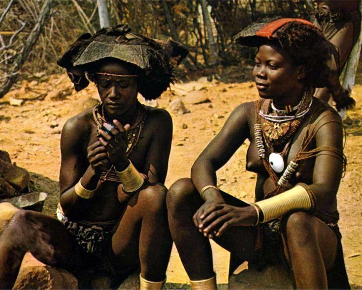 "Africa | ""Mucubais, deserto del Mocamedes"".  Post stamped 1970 || Postcard; publisher Hospital Missionario do Planalto."