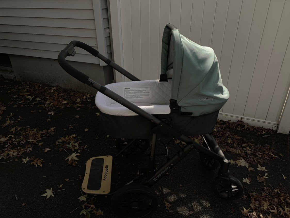 2012 Uppababy Vista. Comes with a snack tray