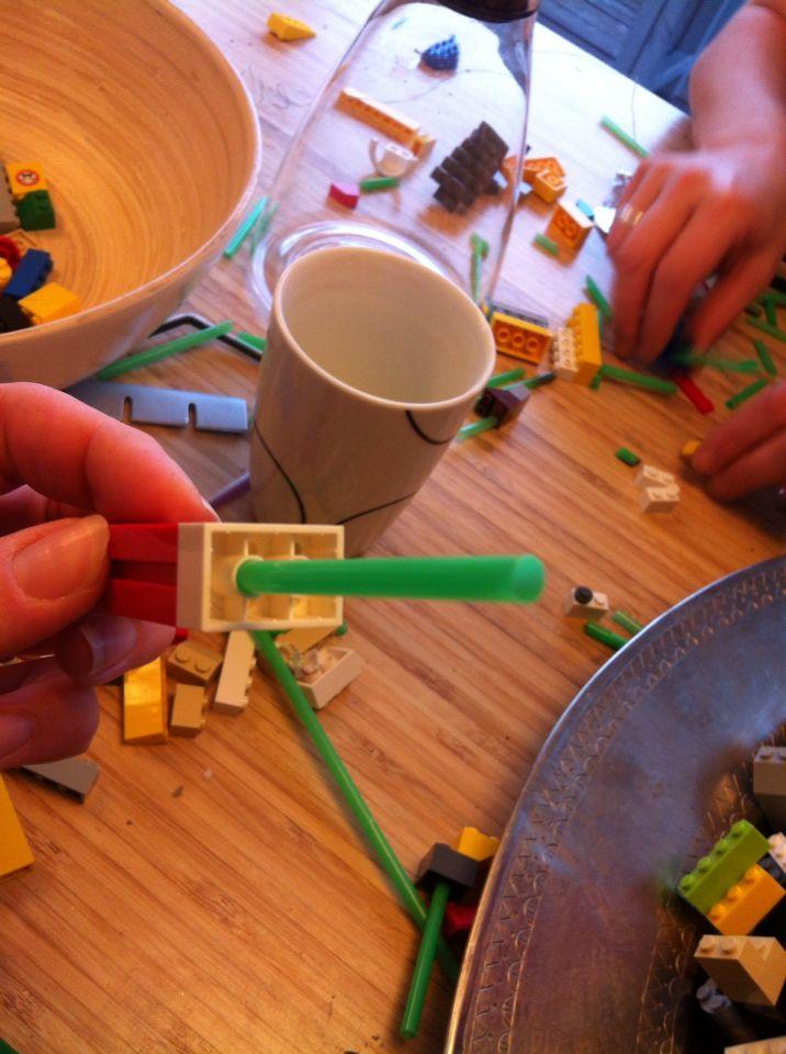 lego adventskrans: klodserne sættes fast med sugerør