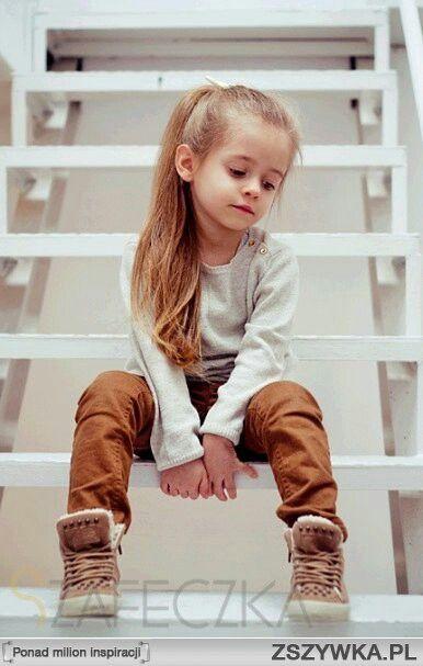 Szafeczka assise dans les escaliers Vetement enfant