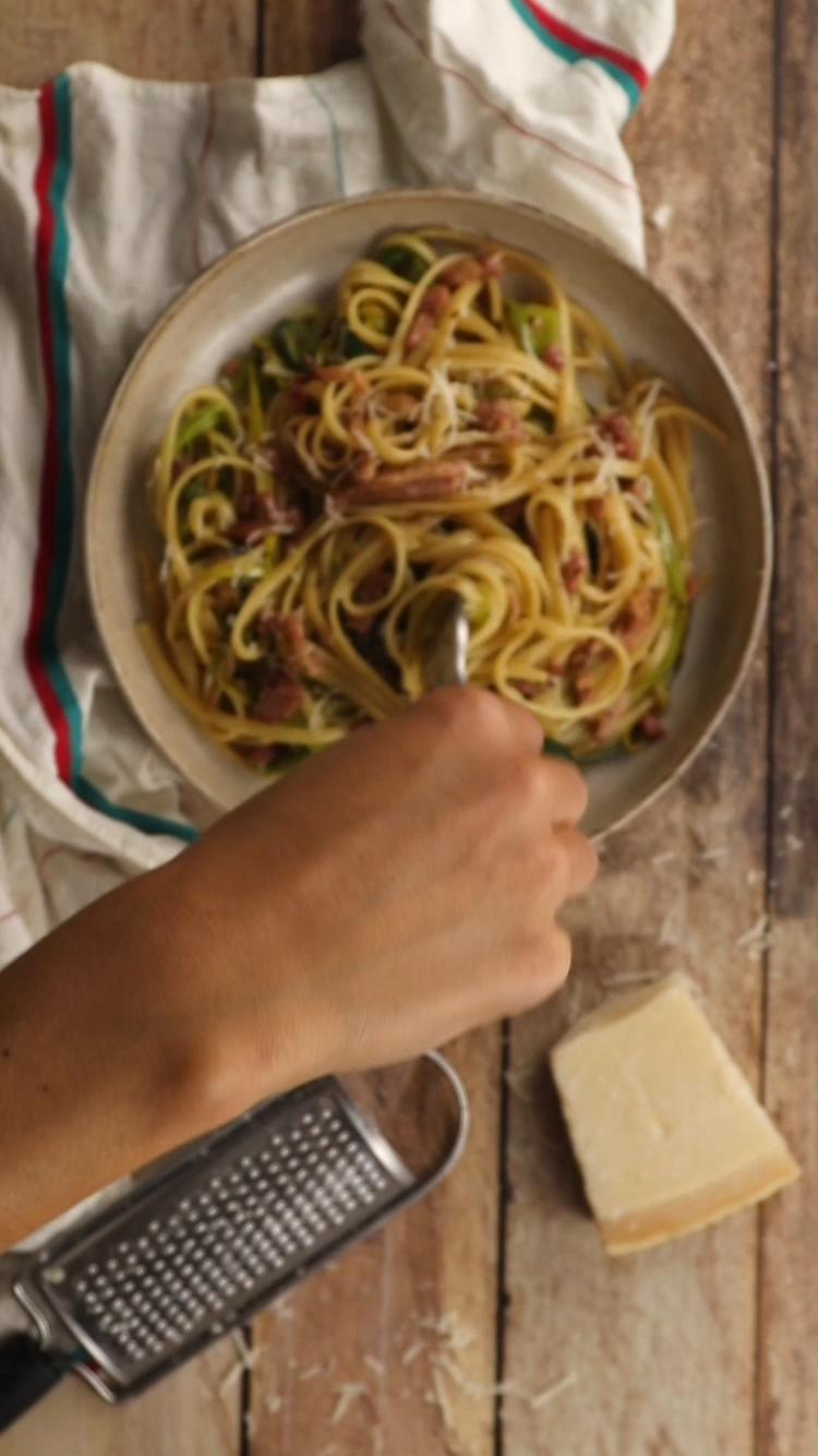 Spaghetti carbonara aux poireaux : En espérant que les Italiens ne nous en voudrons pas d'avoir mis un peu de vert dans les carbonara, promis on a pas mis de crème !