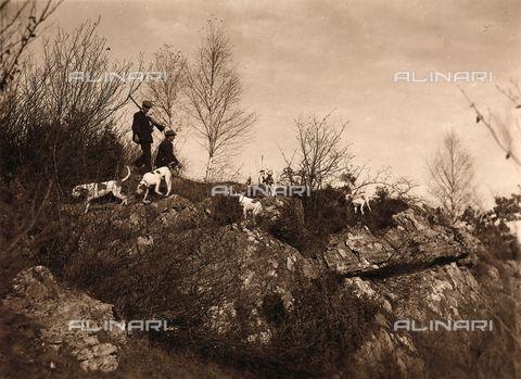 Titolo: Battuta di caccia nei pressi di Villa Zina, ex Villa Giulia a Bellagio, sul Lago di Como, Data dello scatto:1915 ca., Referenze fotografiche: Raccolte Museali Fratelli Alinari (RMFA), Firenze