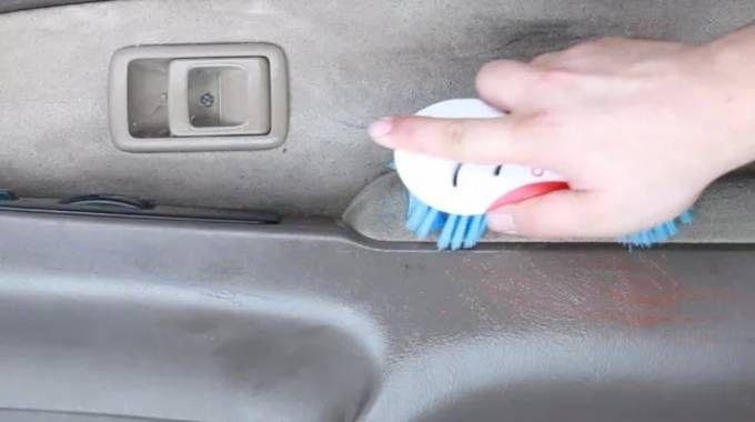 nettoyez une voiture sale avec ce spray non toxique base de vinaigre blanc nettoy sa. Black Bedroom Furniture Sets. Home Design Ideas