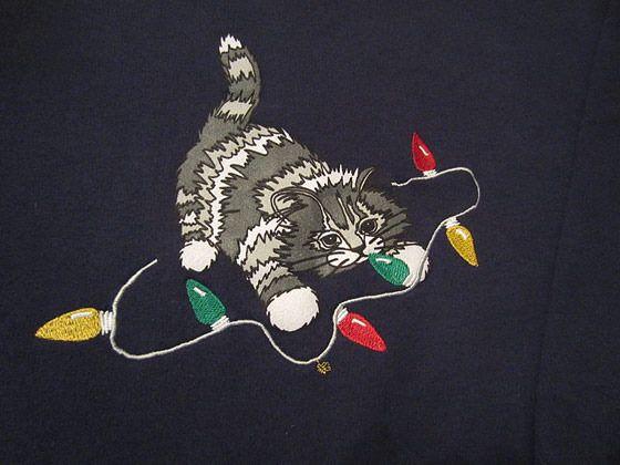 Ilustración de gato con sweter navideño.