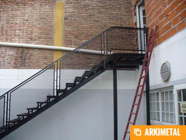 Escalera de hierro con baranda de material desplegado for Escalera hierro