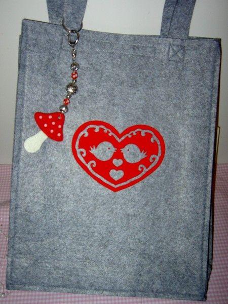 Hier eine feine Tasche aus grauem Textilfilz mit nostalgischem Scherenschnittmotiv und nettem Fliegenpilz-Taschenbaumler.  Tasche kann über die Sch...