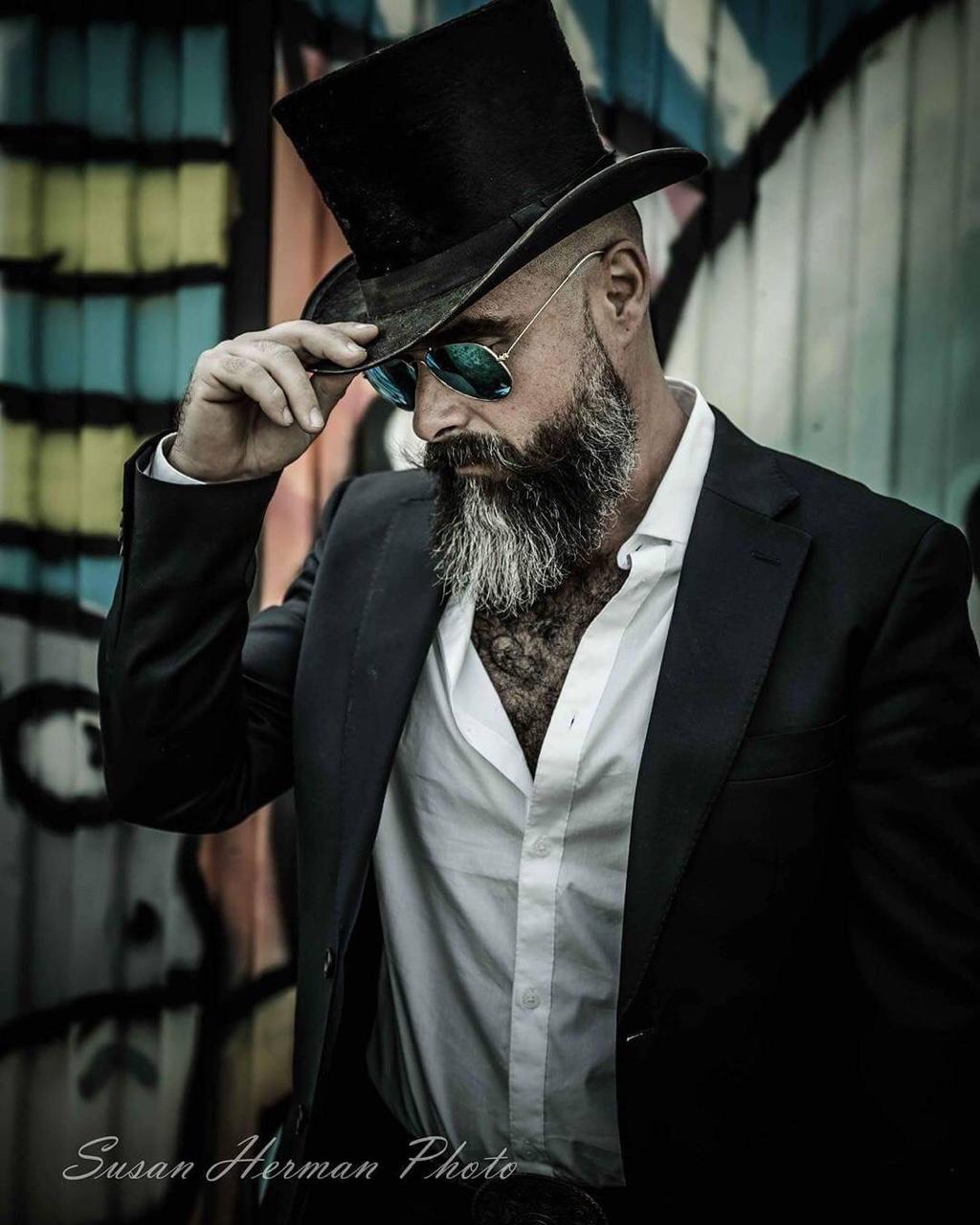 вообще для фотосъемки нужен мужчина с бородой платье особый