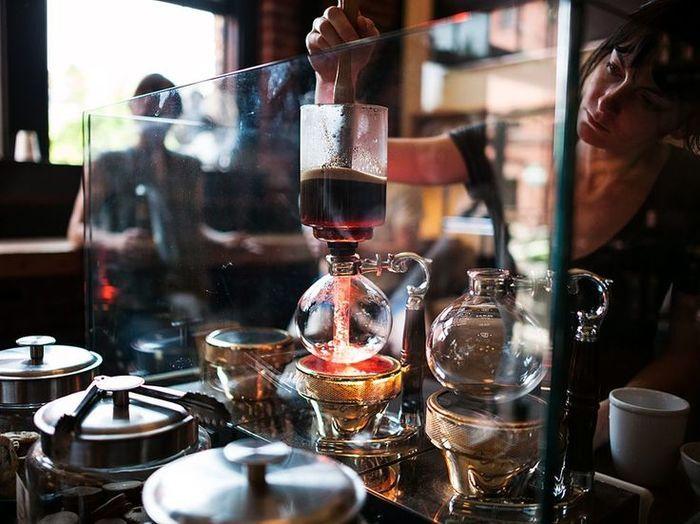 コーヒーを抽出する道具として 昔ながらの喫茶店などで使われていた サイフォン それが今 改めて注目されています そのきっかけは 近年に日本上陸したことで話題になった サードウェーブコーヒー と関連があるんです コーヒーブレイク コーヒーサイホン