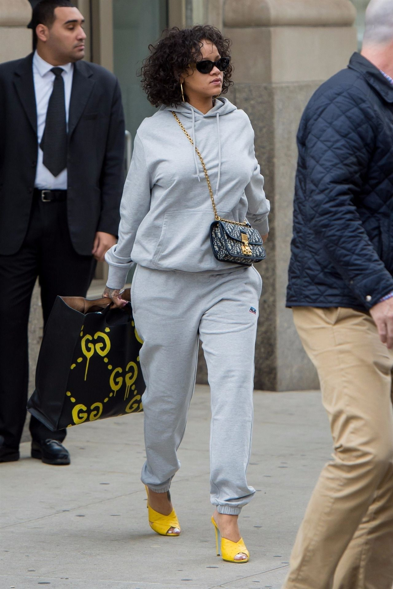 6227ba3e9 Rihanna leaving her apartment in NYC. (October 26, 2017) | MyGalRiRi ...
