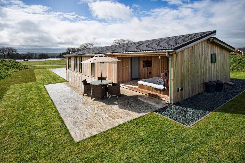spa loisirs terrasse bois jardin parcdeloisirs lodge jacuzzi spas jacuzzi en. Black Bedroom Furniture Sets. Home Design Ideas