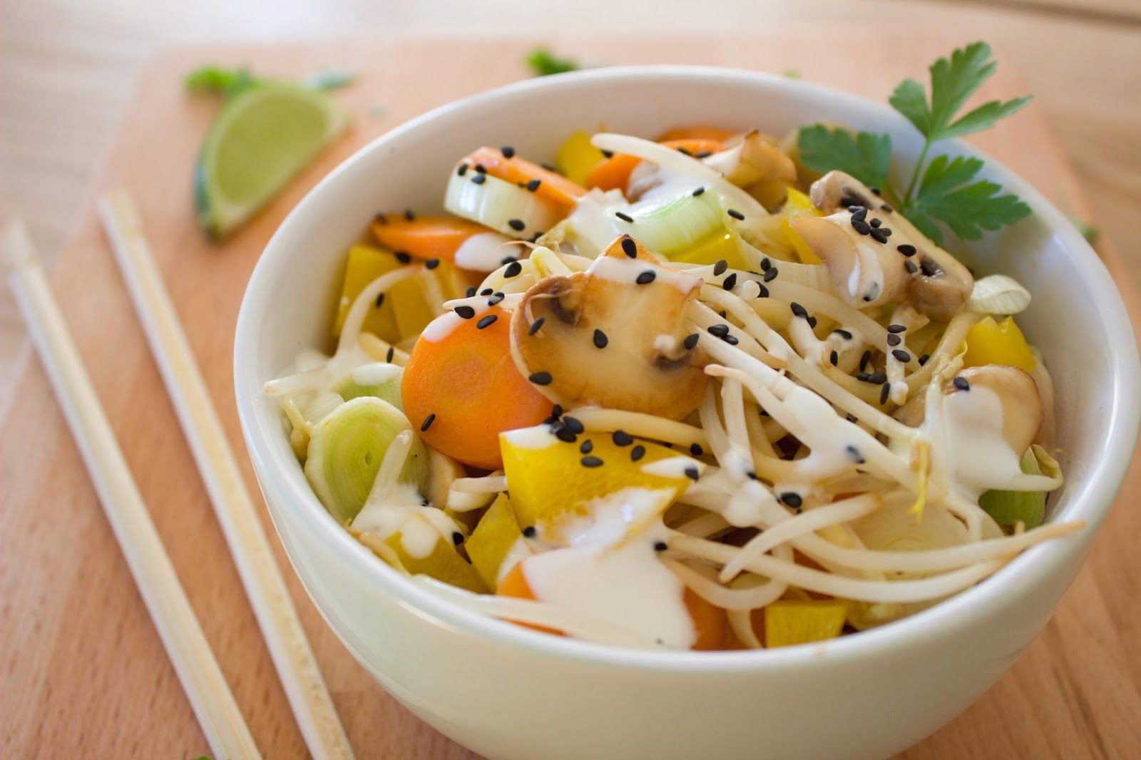 Asia Salat mit Spaghetti, Gemüse, und Joghurt-Limettendressing. Who likes? >>