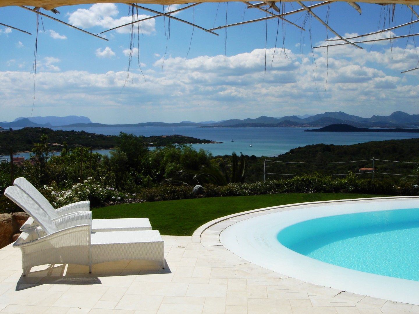 Orso felice Villa. The garden embraces the sea. When