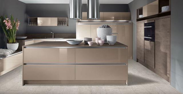 moderne-kueche-kochinsel-holz-optik-beige-hochglanz-fronten Küche - Küchen Weiß Hochglanz