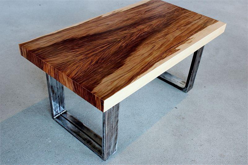 wundersch ner kleiner tisch couchtisch aus einer mit satin nuss furnierten platte absolut. Black Bedroom Furniture Sets. Home Design Ideas