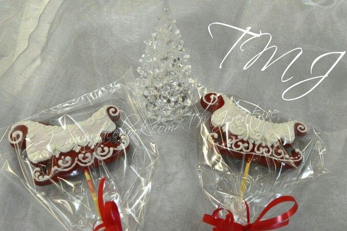 Santa's sleight gingerbread lollipops. /Mikulás szán pálcás mézeskalács.