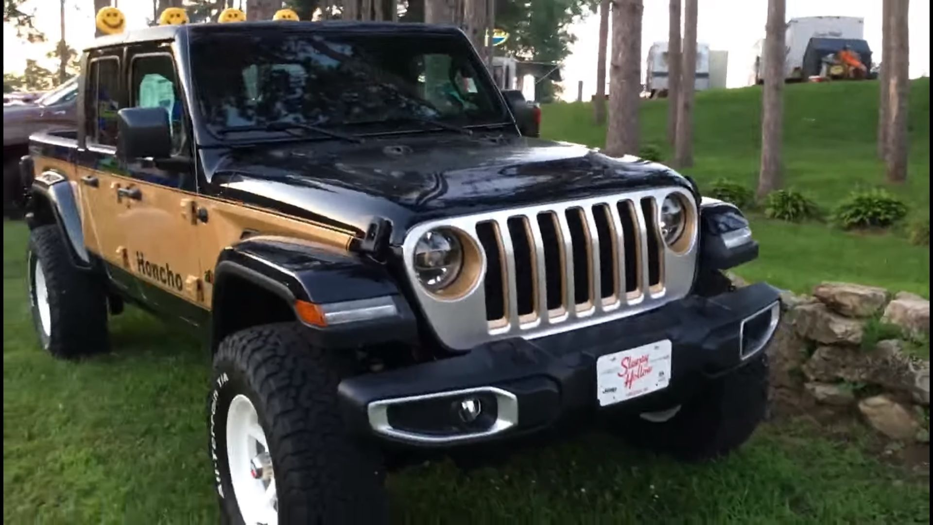 There S A Pretty Sweet One Off Jeep Gladiator Sitting At A Dealership In Wisconsin You Have To See It Jeep Gladiator Gladiator