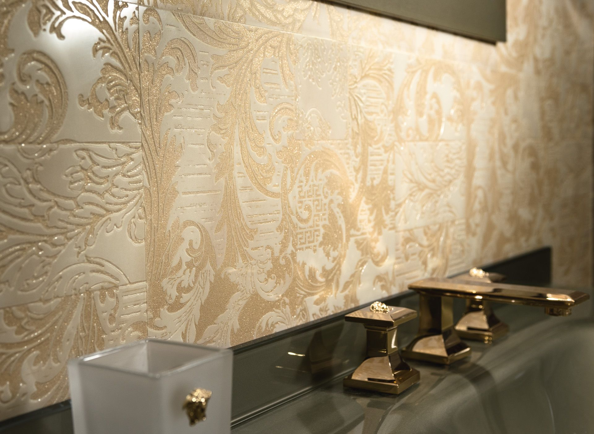 Or Gold Carrelage Salledebain Bathroom Marble Versace Design Interieur De Luxe Interieur De Luxe Idees De Design D Interieur
