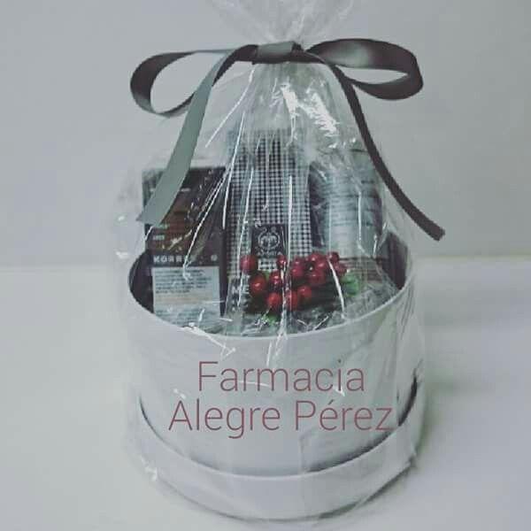Gift box navideña con productos Korres y Apivita para hombre
