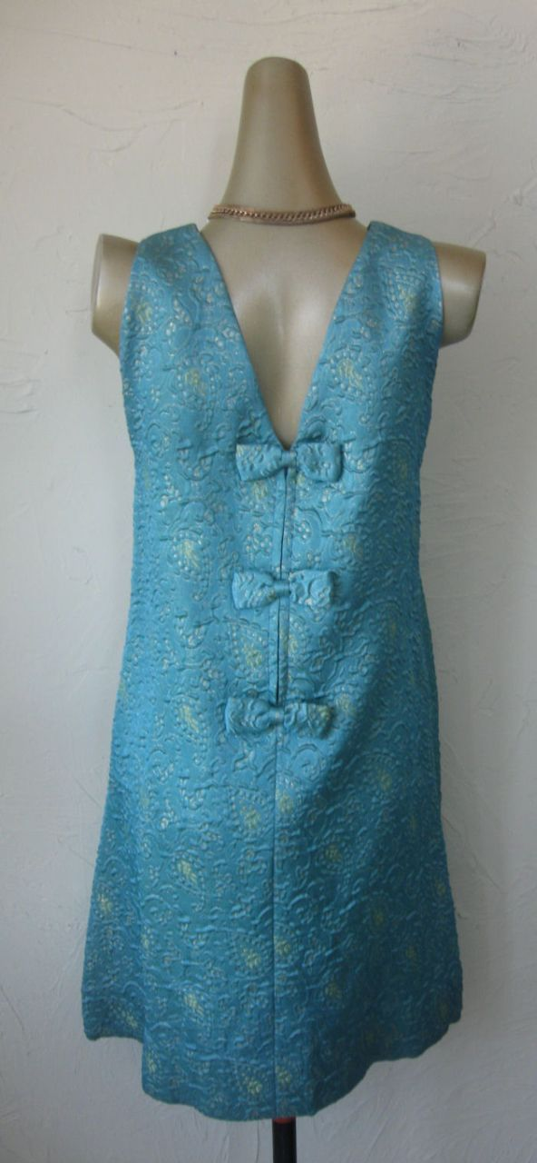 ...and the back of the little 1960s jacquard maternity dress. Bows over the zipper.