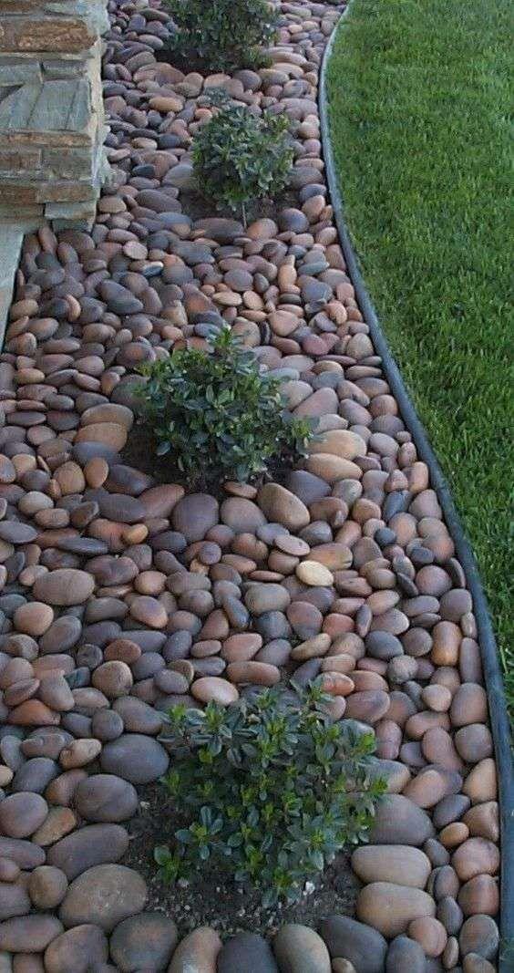 Come decorare un giardino moderno aiuole con sassi for Come costruire un capannone moderno