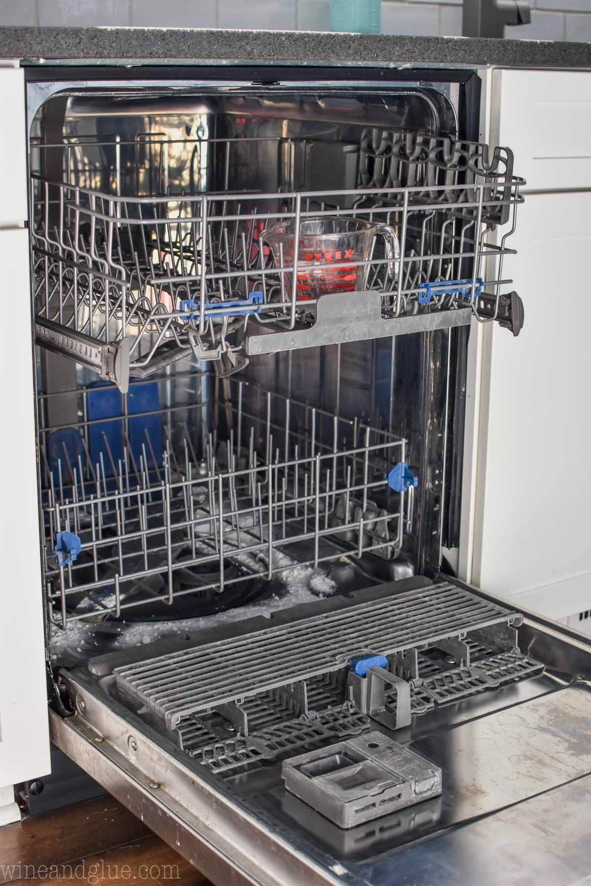 A fast and simple way to clean your dishwasher using just