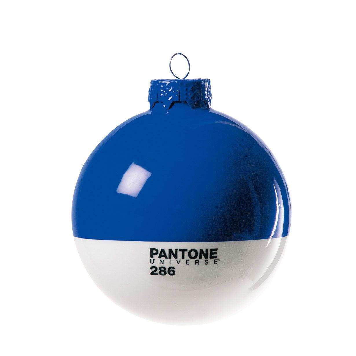 Il Natale piu' colorato te lo regala solo Pantone® con una selezione esclusiva di palline. Dai un tocco di design al tuo albero di Natale e coloralo con l'inconfondibile stile Pantone® by Seletti. Il set e' composto da quattro palline in vetro soffiato christmas-Pantone® 286 di colore blue