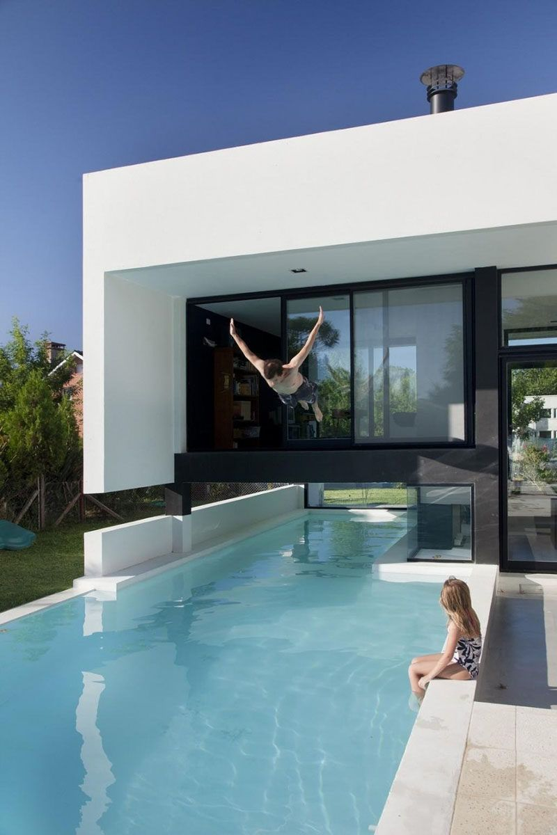 This Swimming Pool Travels Underneath A Family House In Buenos Aires,  Argentina.别墅 游泳池 从卧室直接跳入游泳池 现代风格 原型 想法创意