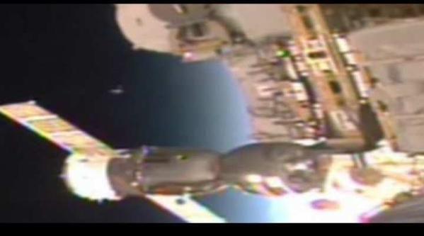 """Misterioso """"incontro"""" nello Spazio: Cos'è l'oggetto che si vede nel video dell'ISS?"""