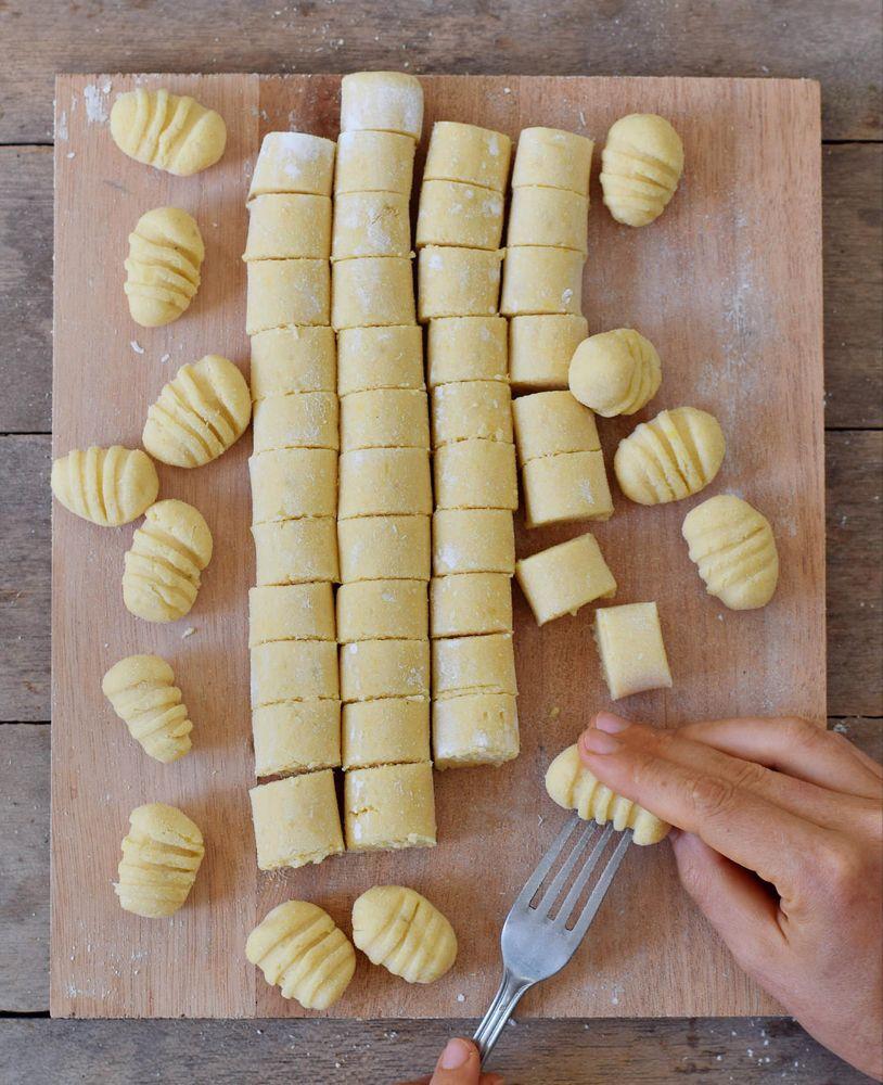 Glutenfreie Gnocchi die ebenfalls vegan sind! Dieses Rezept ist rein pflanzlich (eifrei), eiweißreich (hergestellt aus Kichererbsenmehl) und enthält nur 3 Zutaten (Salz und Wasser nicht gezählt). #vegan #gnocchi #selbstgemacht #glutenfrei #abendessen #mittagessen   elavegan.com/de #wateringplants