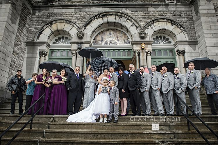 Group photo idea on a rainy day at a wedding in Ottawa