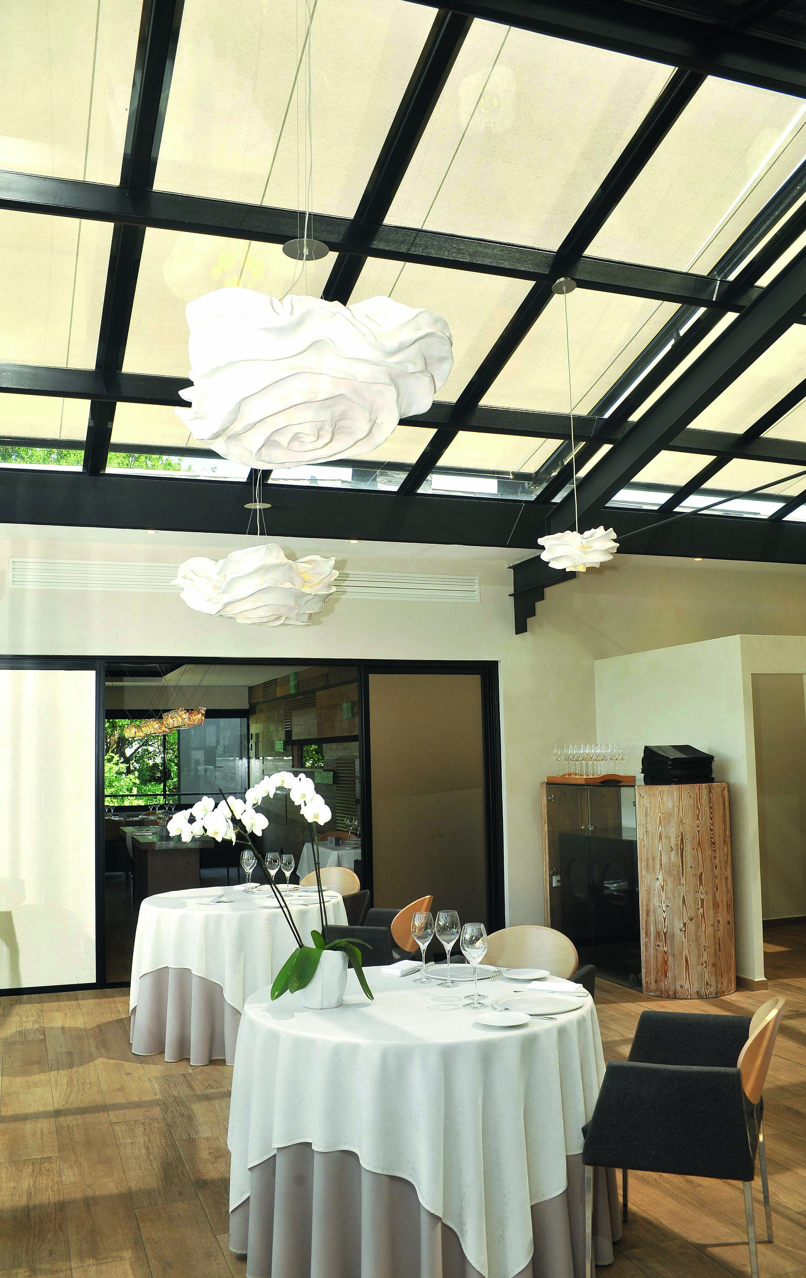 Installer des stores de véranda dans un restaurant étoilé. La solution idéale pour renforcer le ...